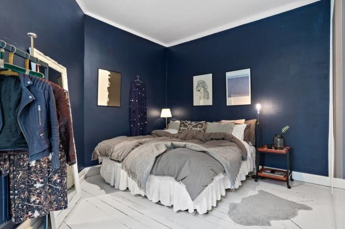 exemple comment décorer une chambre cosy aux murs bleu minuit avec plafond et sol blancs, déco lit cocooning avec plaids et coussins décoratifs