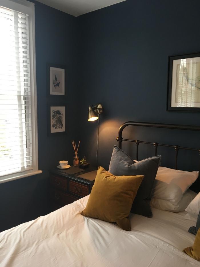 deco chambre bleu foncé avec accents en blanc, idée quelle couleur associer avec le bleu nuit dans une pièce cozy