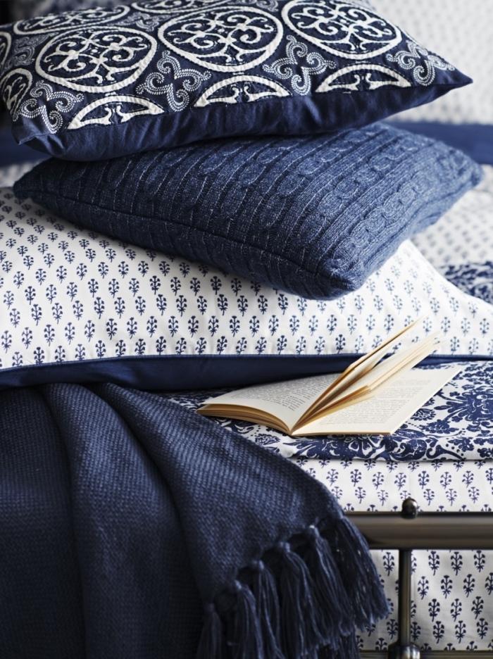 idée couleur chambre moderne en blanc et bleu marine, accessoires décoratifs à design bicolore en bleu foncé et blanc