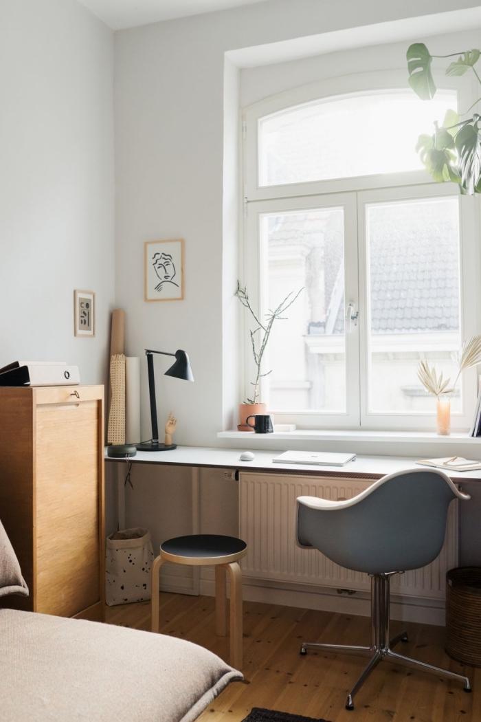 bureau diy pour un coin de travail à domicile, déco chambre blanche avec meubles bois et accents en gris et noir