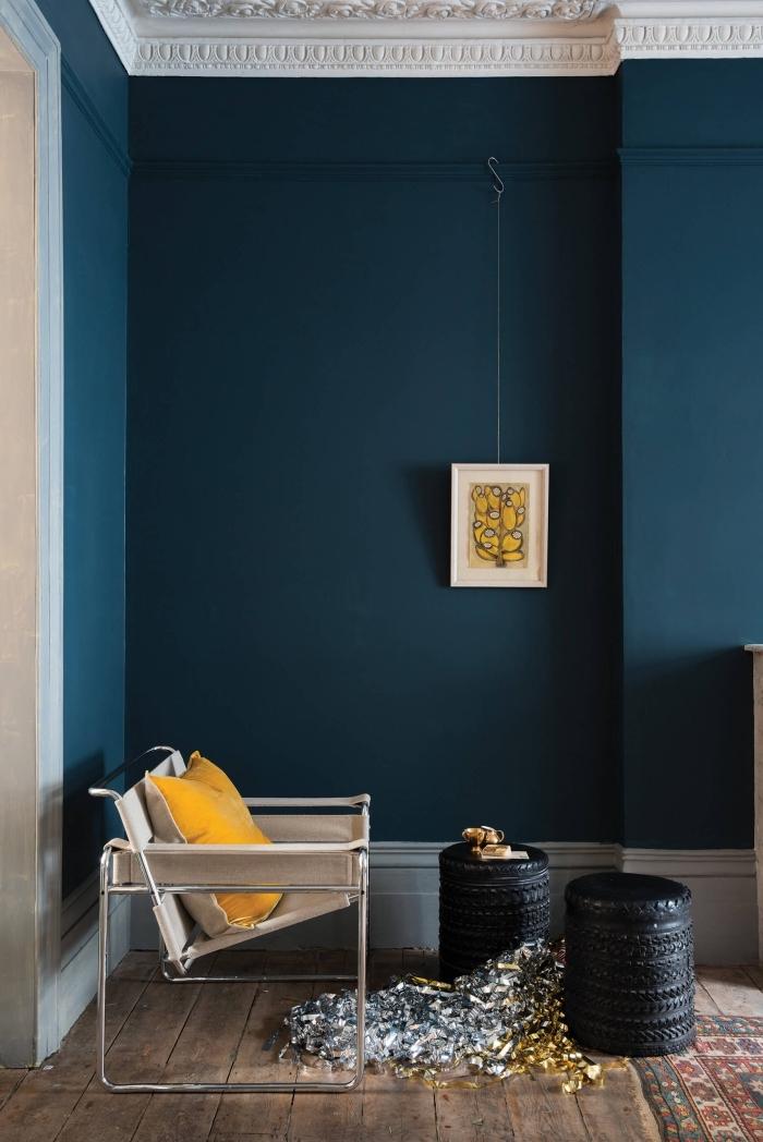couleur de peinture pour chambre moderne, décoration pièce aux murs bleu foncé avec plancher bois et accents jaunes