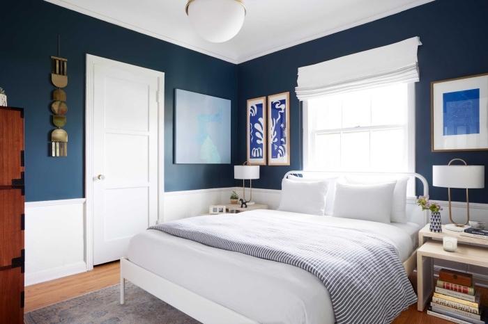comment disposer 2 couleurs dans une chambre, design pièce à coucher aux murs bleu marine et blanc avec accents bois