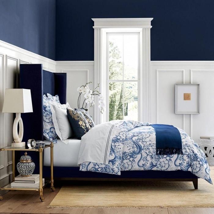 peinture chambre adulte 2 couleurs, exemple comment décorer une pièce en bleu nuit et blanc avec accents bois