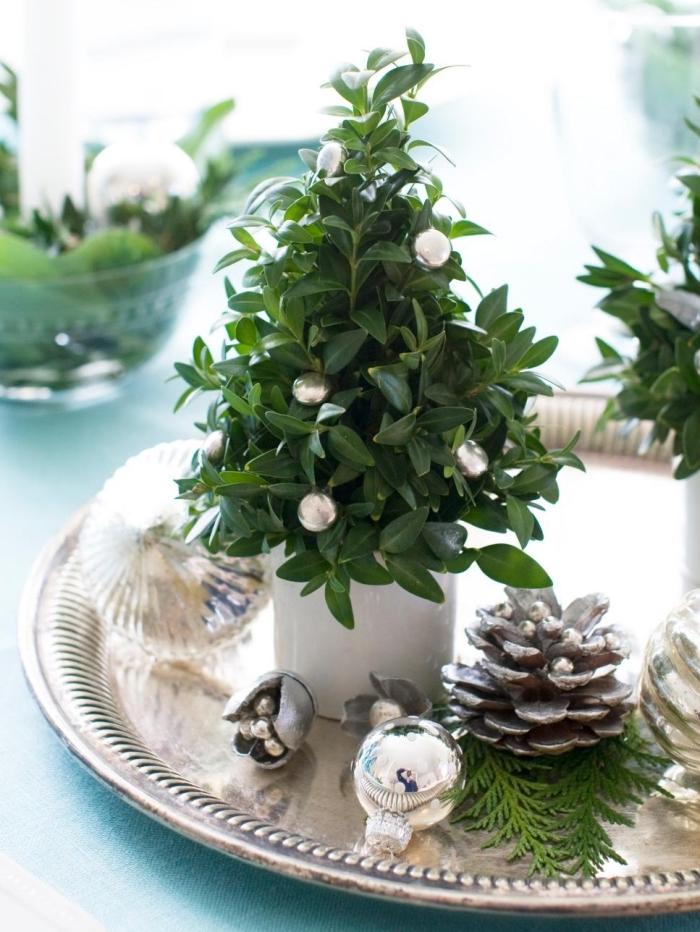 deco de table chic pour noel avec ornements de sapin et mini arbre verte, diy arrangement de table sur un plateau argent