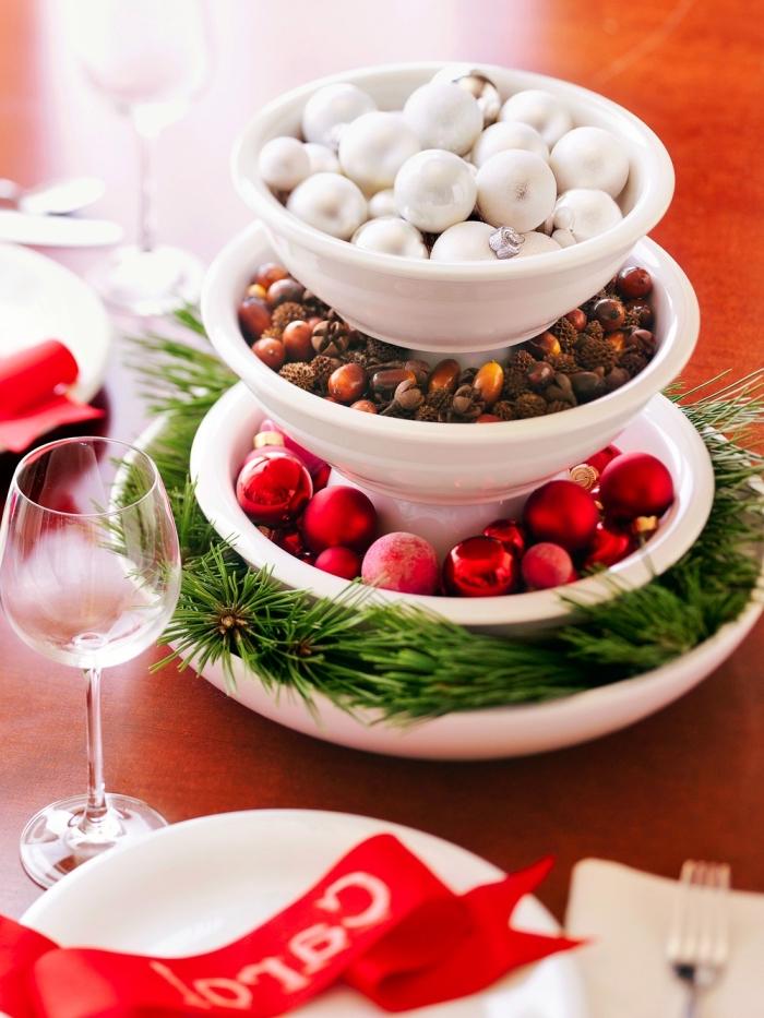 idee deco table de noel facile, modèle de plateau à 4 niveaux rempli de branches de sapin et boules de Noël