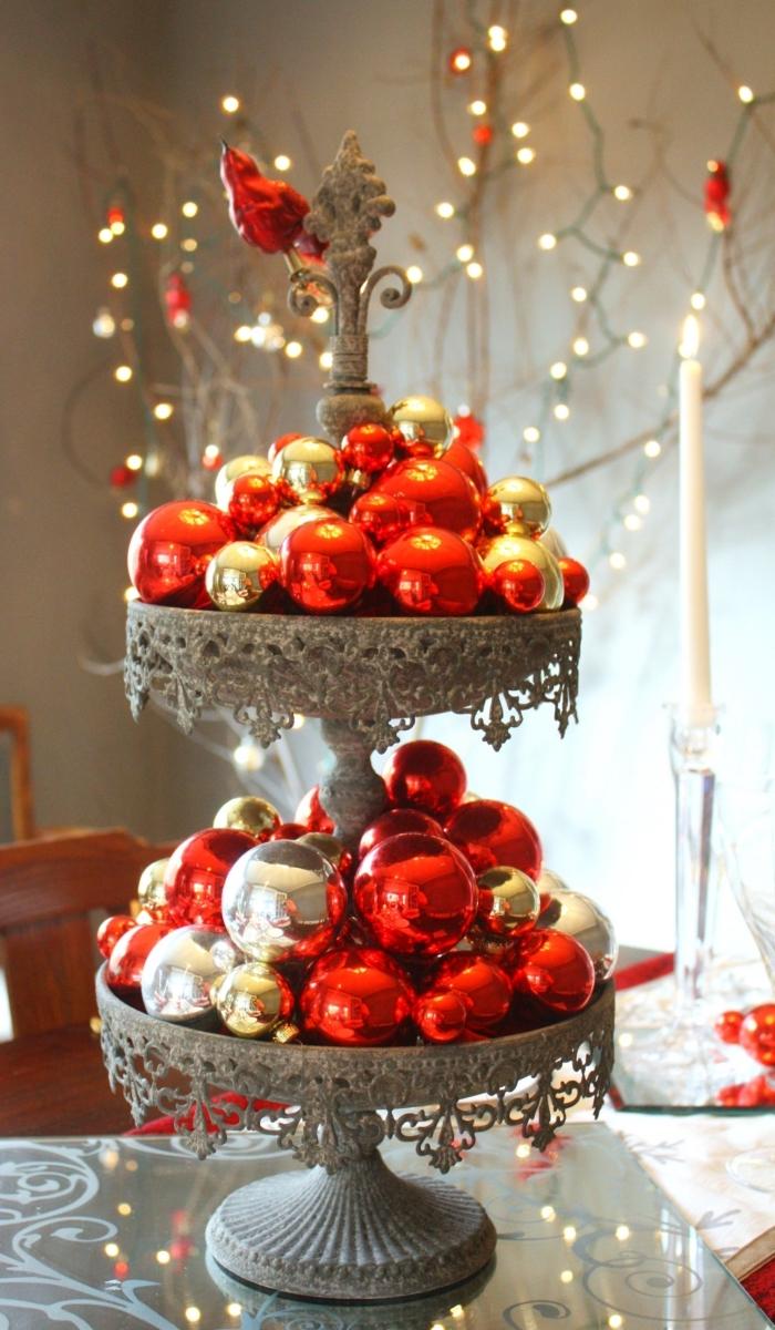 decoration de table de noel a faire soi meme avec ornements de sapin, plateau dessert décoré avec boules rouges et or