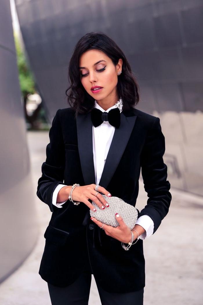 modèle d'ensemble tailleur pantalon femme de couleur noire, idée tenue formelle en blanc et noir avec bijoux en argent