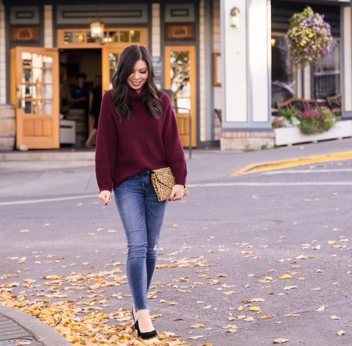 couleurs de vêtements automne hiver 2019 2020, modèle de pull col roulé femme en couleur lie de vin avec jeans