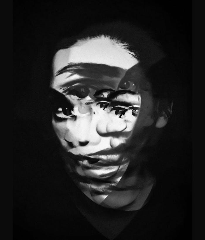 Portrait de femme en mouvement, idée fond sombre, photographie artistique noir et blanc, fond ecran nike