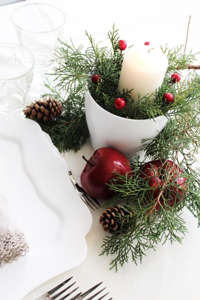 centre de table facile pour la fête de Noël avec branches de sapin et pommes rouges, idée déco Noël petit budget