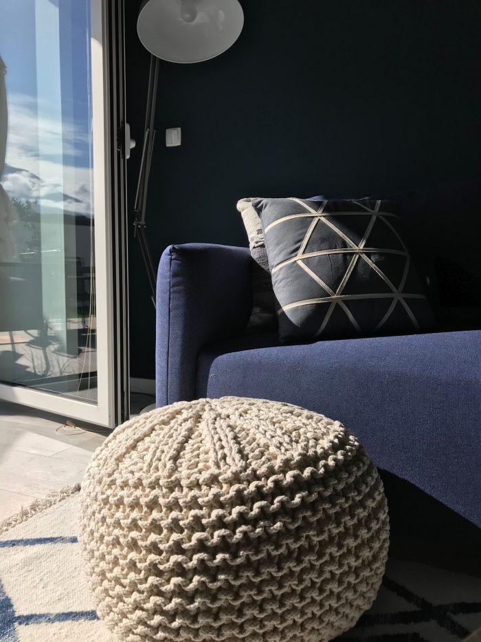 quelle couleur pour une chambre moderne, aménagement pièce aux murs sombres de nuance bleu minuit avec accents beige