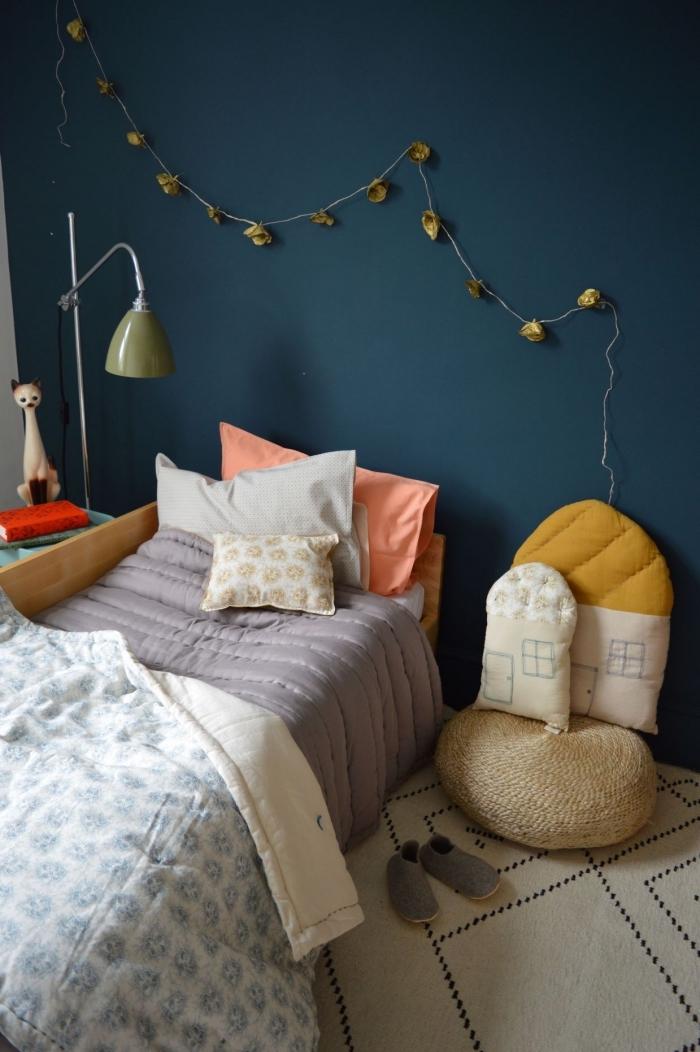 idée couleur chambre d'enfant originale, design chambre garçon ou fille aux murs bleus avec accessoires blancs
