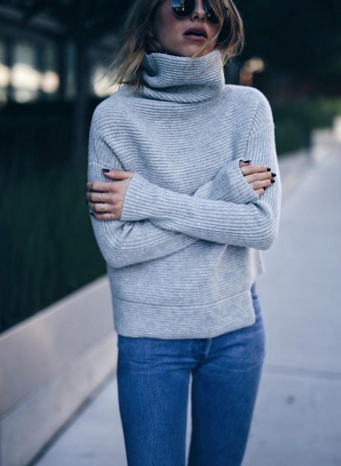 avec quoi assortir le gris dans une tenue casual chic femme d'hiver, idée sweat femme marque à col roulé et jeans fit