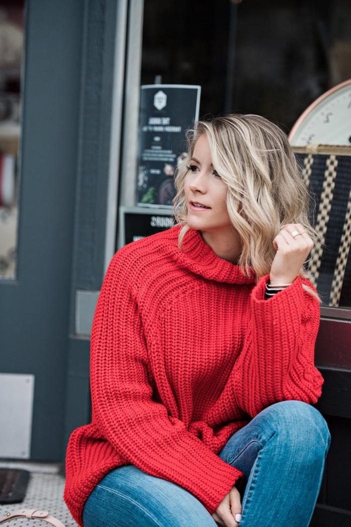 modèle de pull col roulé femme de couleur rouge combiné avec paire de jeans clairs, tenue d'hiver femme en denim et rouge