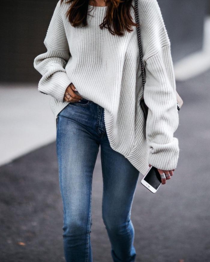 style casual en pull cachemire femme chic à design loose de couleur blanche combiné avec jeans fit et bijoux en argent