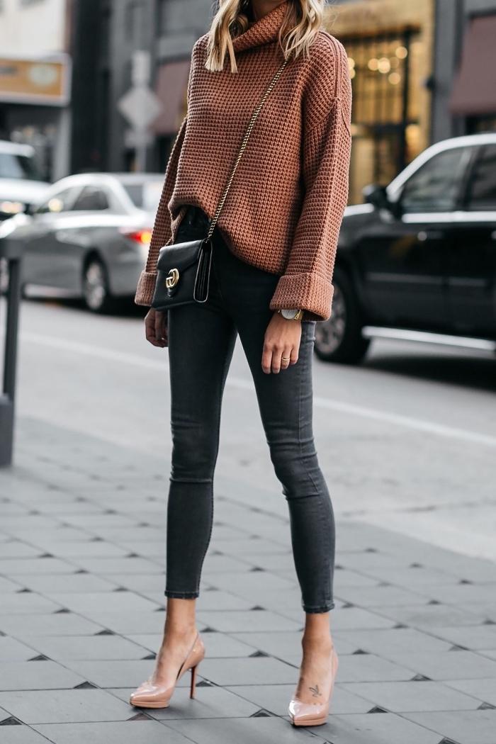 style vestimentaire femme élégante et chic en jeans fit 7/8 combinés avec pull col roulé femme de nuance marron