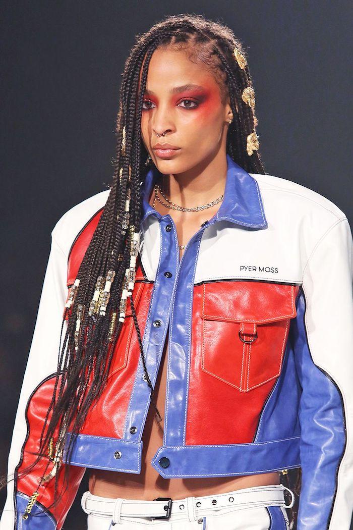Veste blanc, bleu et rouge en cuir et pantalon moto cuir, image coiffure moderne, carré court, tendance de coiffure 2020
