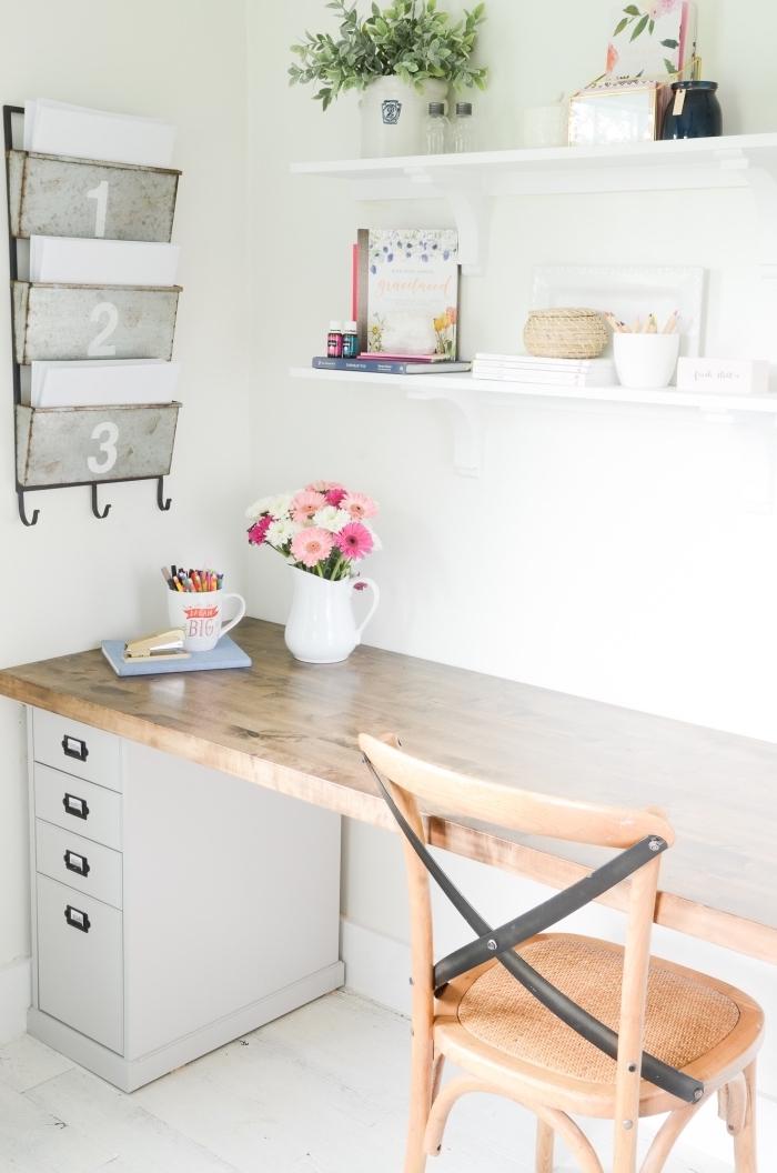 comment décorer son bureau à domicile, idée aménagement coin de travail avec bureau maison en bois et blanc