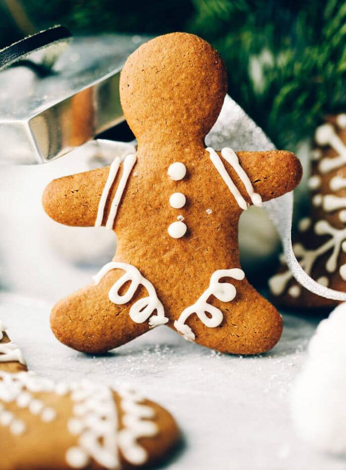 biscuit de noel facile avec decoration de glaçage royal en blanc, idee recette avec gingembre et cannelle