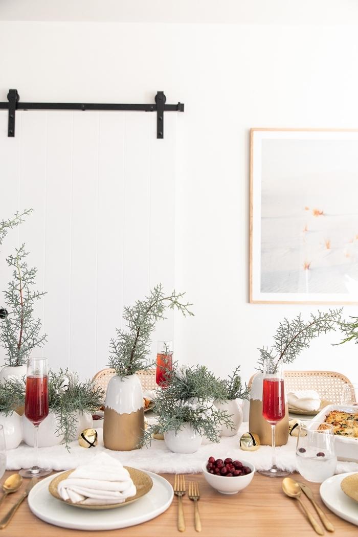 les plus belles tables de noel décorées avec objets fait maison, arrangement de table avec vases customisés