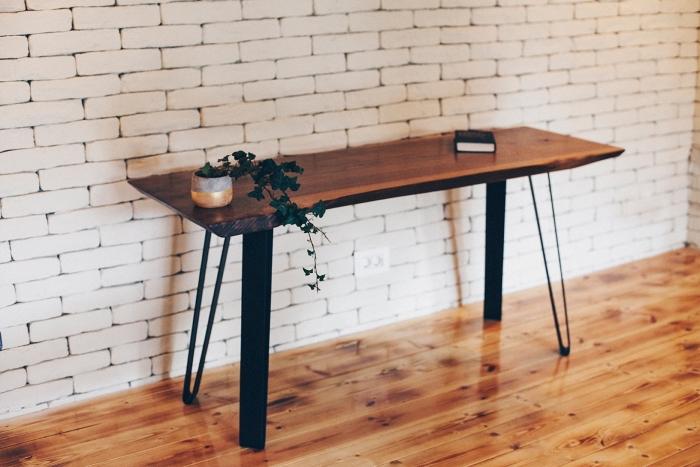 idée comment décorer une pièce aux murs blancs et sol en bois avec meubles fait maison, diy bureau en bois et métal