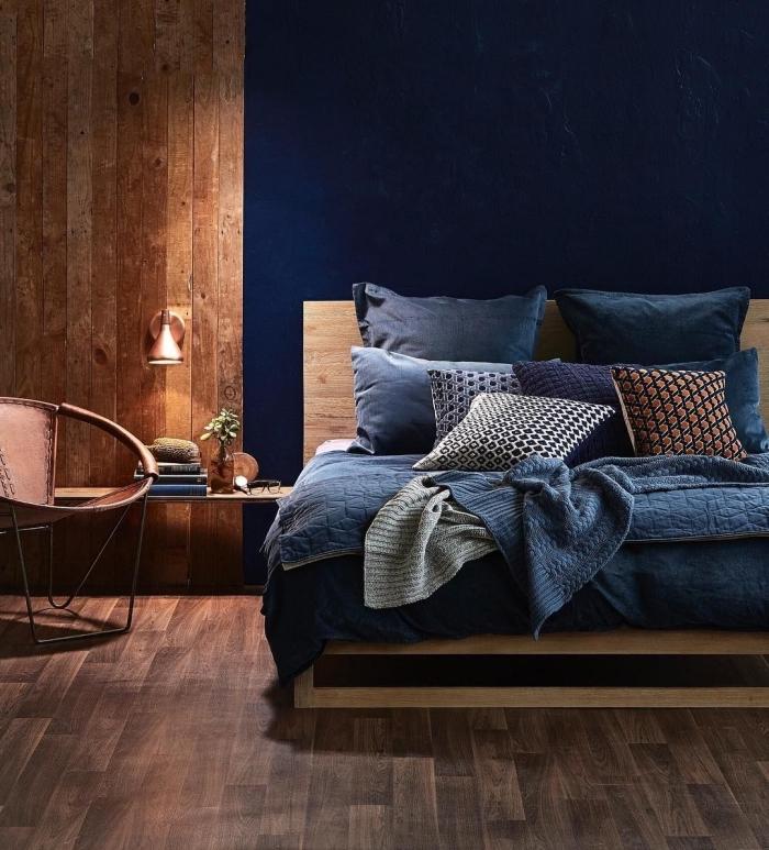 comment disposer 2 couleurs dans une chambre, design chambre moderne aux murs en bleu nuit et planches bois