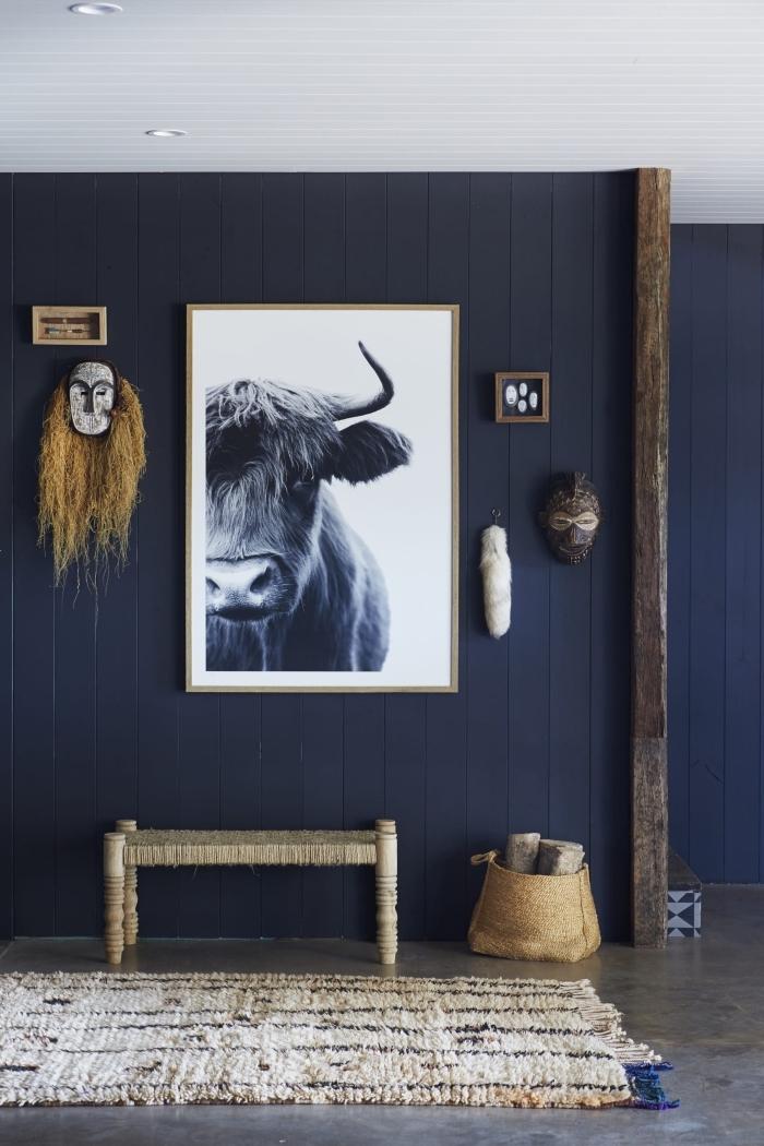 idée couleur chambre moderne aux murs bleu foncé, design intérieur contemporain en bleu minuit avec accents bois