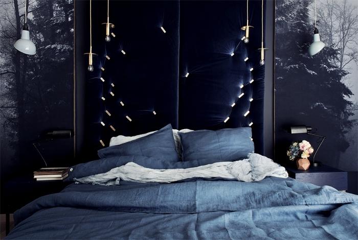 quelle couleur mur chambre adulte 2019, aménagement chambre moderne aux murs habillés en papier peint paysage nocturne et tête tissu bleu nuit