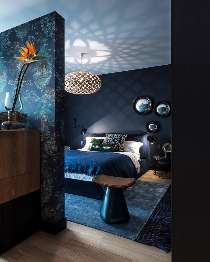 idée quelle couleur peinture chambre moderne, décoration de pièce aux murs sombres avec plancher bois et plafond blanc