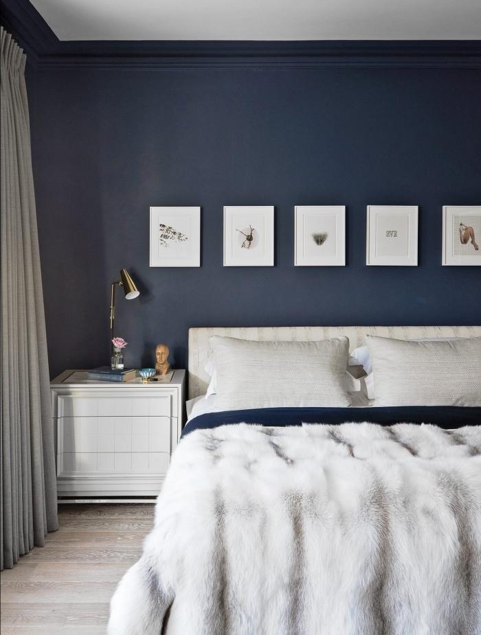 couleur bleu marine dans une pièce cocooning, décoration chambre à coucher aux murs bleus avec meubles blancs