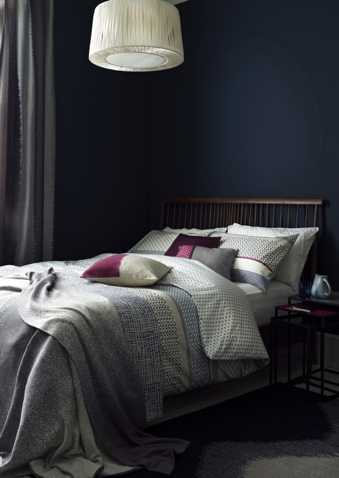 comment adopter la nuance de bleu dans la chambre à coucher moderne, design petite pièce aux murs sombres