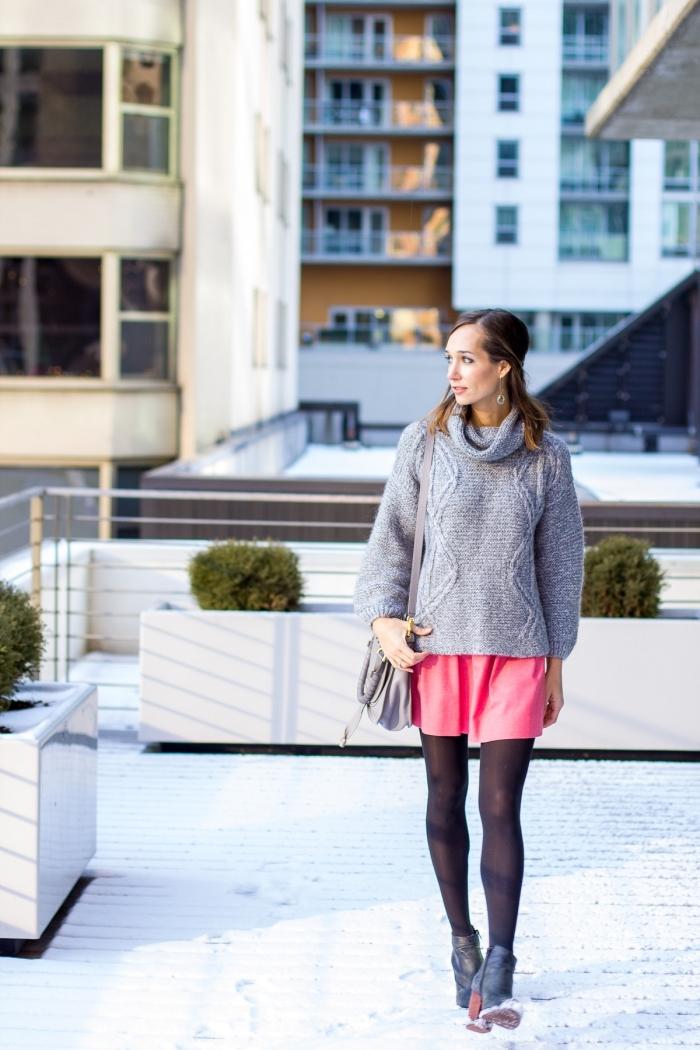 tenue chic d'hiver en pull col roulé femme et robe courte, paire de bottines en simili cuir noir portées avec sac à main gris