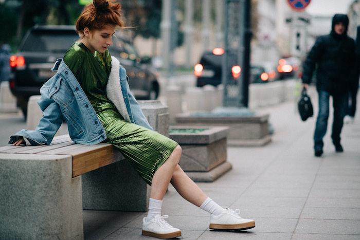 Verte robe et basket blanche, vetement streetwear, ensemble sport femme, look tendance