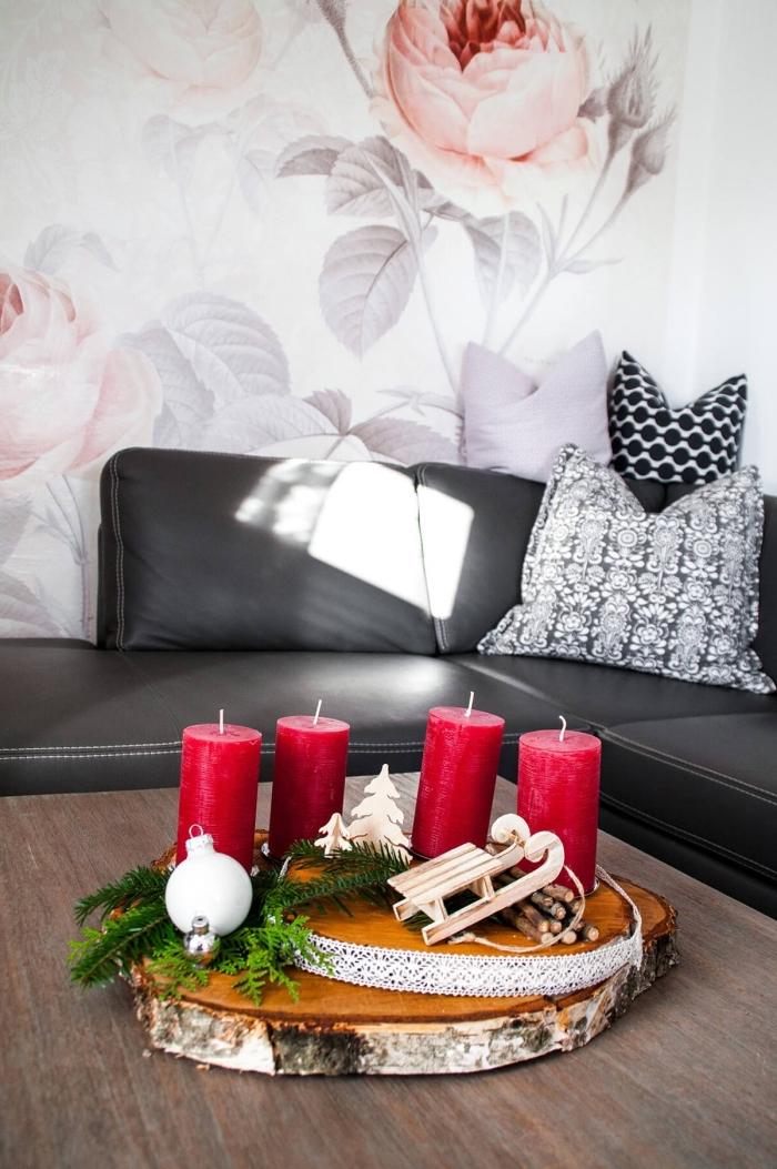 idée de centre de table pour Noël DIY en forme de rondelles de bois décorées de dentelle et de bougies rouges