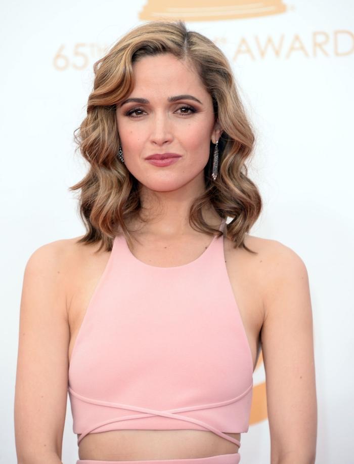 Belle femme en top rose et jupe rose claire, idee coupe mi long, tendance de coiffure 2020, coiffure actuelle photo