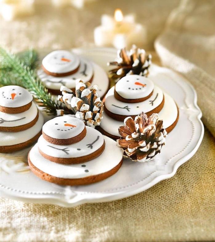 glacage biscuit de noel au topping de marshmallow blanc avec decoration motif bonhomme de noel
