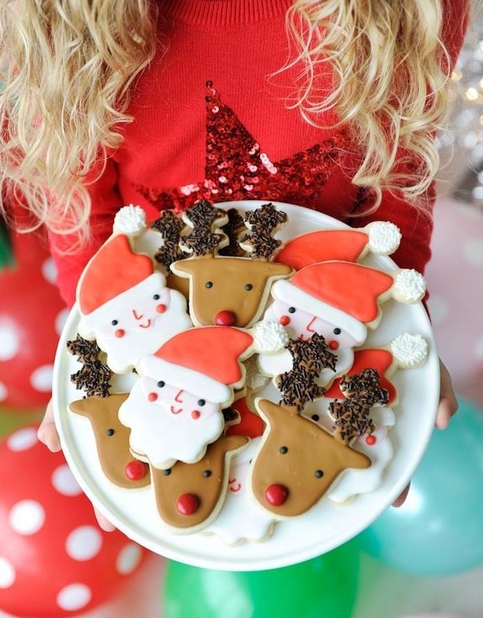 glacaga biscuit de noel coloré pour creer un motif de noel, pere noel, renne de pere noel, biscuit sablé dans assiette