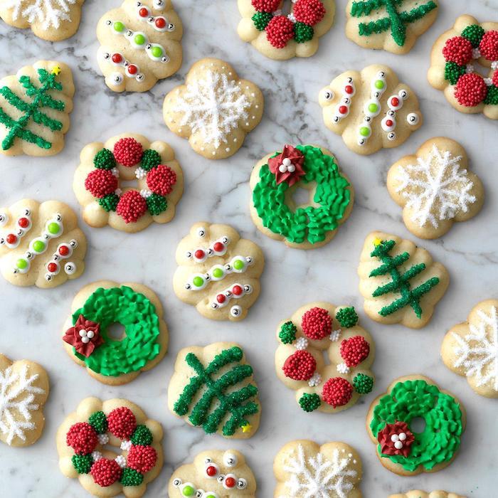 recette biscuit de noel à la poche à douille avec decoration de sucre et glaçage coloré, exemple de sablé sucre, beurre et farine