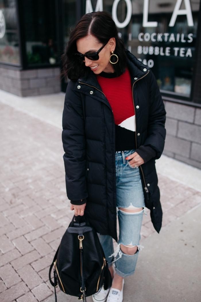 vision casual chic en pull hiver femme de couleurs blanc rouge et noir assorti avec une paire de jeans troués et baskets blanches