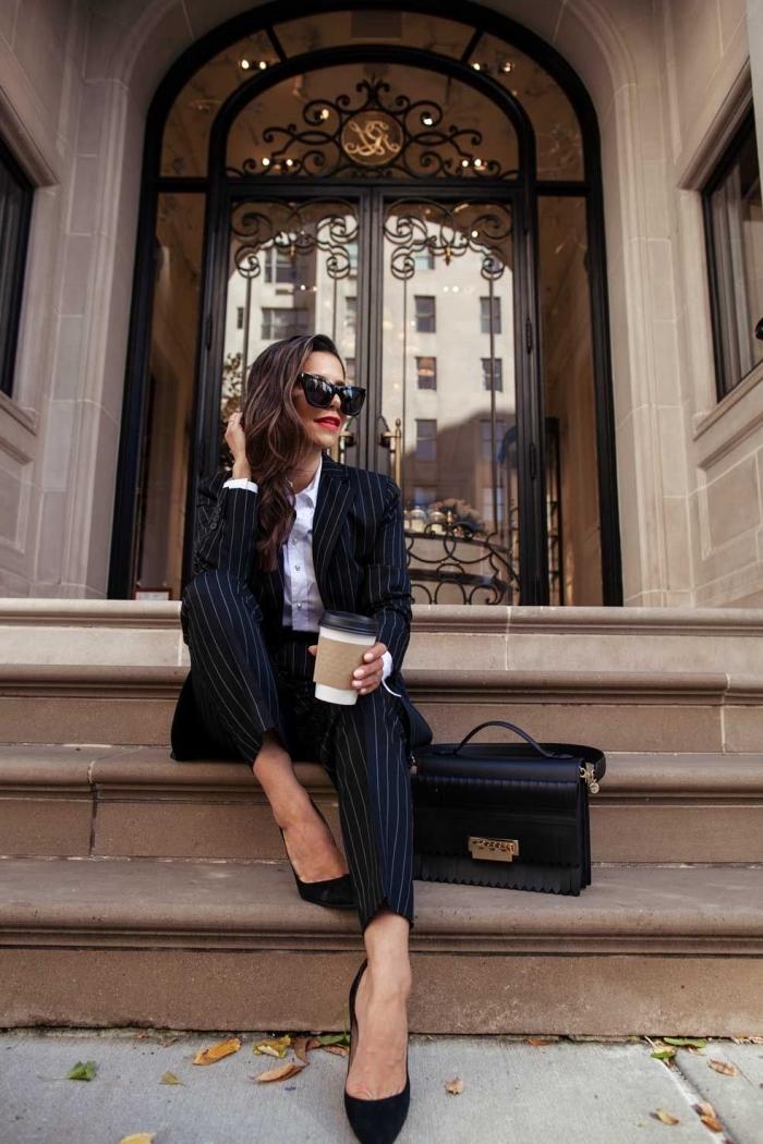 ensemble tailleur femme classe, idée tenue officielle femme en costume 2 pièces de couleur noire porté avec chaussures hautes