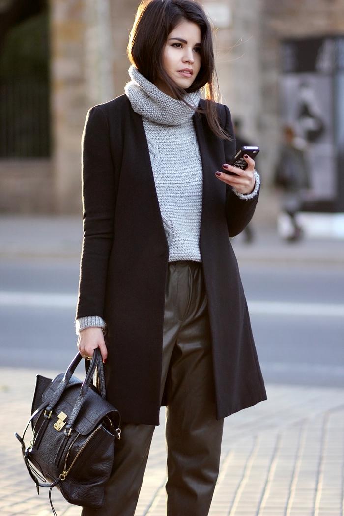 style vestimentaire femme au travail avec un pull de marque femme de couleur gris à col roulé et pantalon vert kaki en cuir