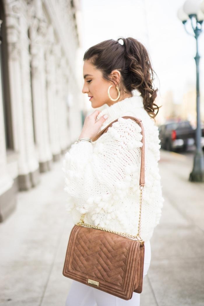 look total blanc avec pull blanc à col roulé et décoration en mini pompon combiné avec pantalon slim et sac marron