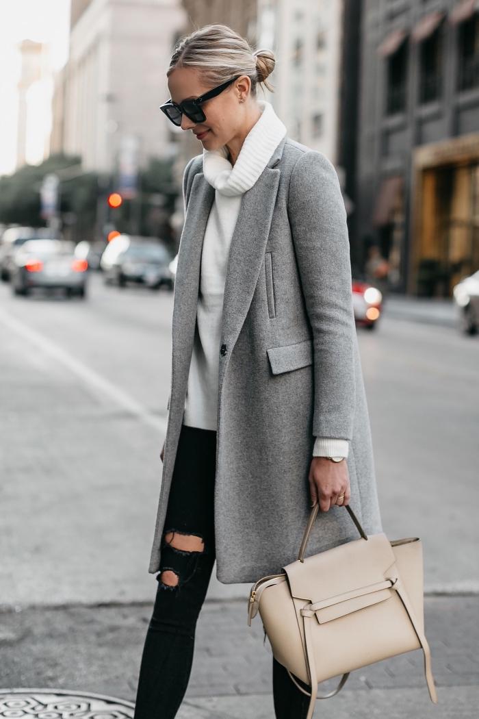 style vestimentaire femme chic en pull-over à col roulé blanc combiné avec pantalon troué noir et manteau long gris