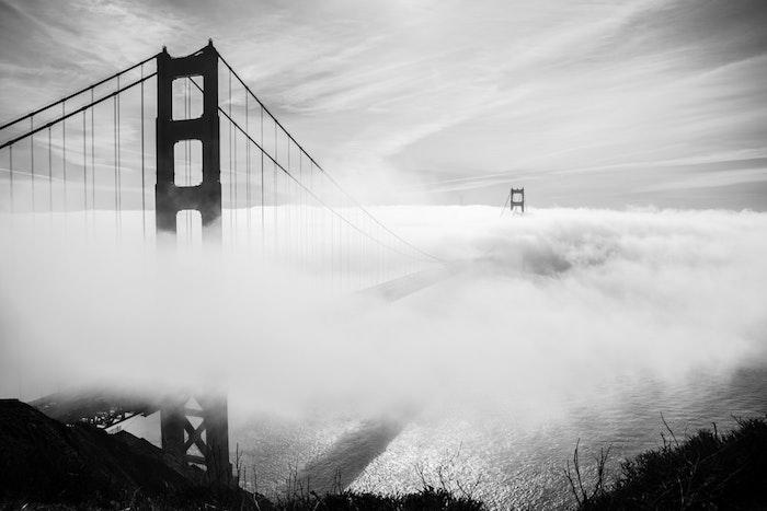 Brouillard autour le pont de san francisco golden gate photo noir et blanc, idée que symbolise le blanc et le noir