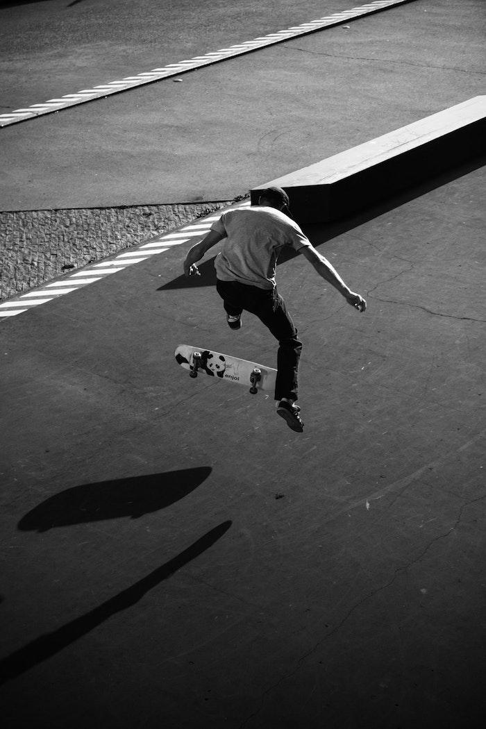 Skater dans l'air portrait noir et blan, image noir et blanc classique swag image pour fond d'écran