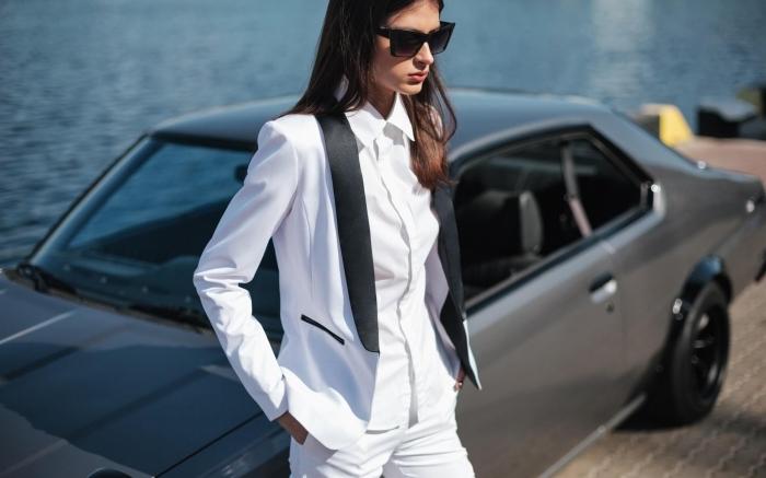 modèle de tailleur pantalon femme pour ceremonie, look femme classe et style en costume blanc avec bordure col noir