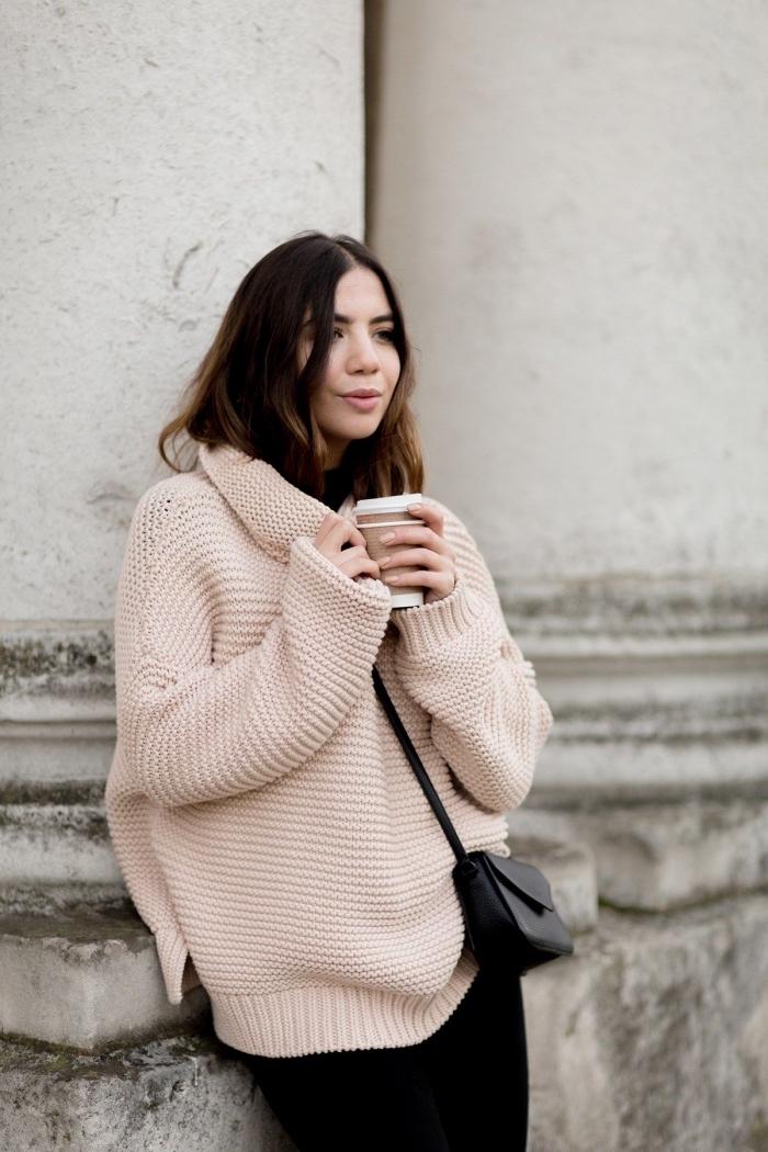 comment bien porter un sweat femme marque de nuance nude avec pantalon ou jupe de couleur noire, mode femme hiver 2019