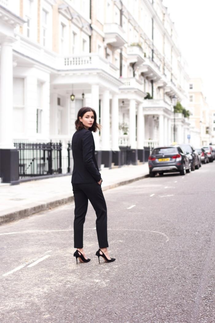 look total noir femme élégante en smoking femme de couleur noir, comment porter un smoking avec chaussures à talons