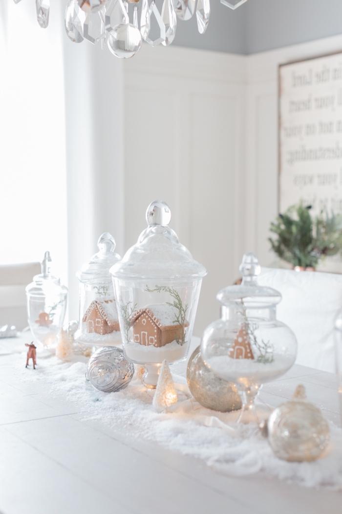 centre de table noel a faire soi meme, petites maisons en pain d'épice dans contenant en verre sur un tapis de fausse neige