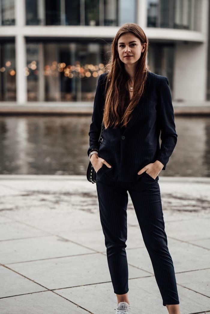 modèle de tailleur pantalon femme élégante en noir, idée de tenue formelle en costume 2 pièces de couleur neutre